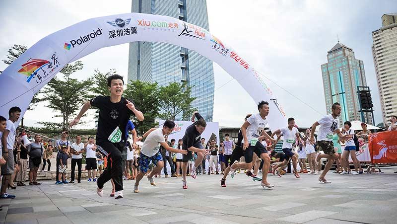 6月21日下午,由走秀网主办的第一届高跟鞋跑步比赛犀利跑(Silly Run)在深圳蛇口海上世界如期举行。 此次活动由爱好高跟鞋的走秀网粉丝在微信平台发起,后声势逐渐壮大,成为全城盛会。活动邀请函发出后,第一天名额就被报满。 当天,数千名潮男潮女来到海上世界活动现场参与了这场高跟鞋派对。本次比赛由走秀网主办、海上世界联合呈现。 比赛现场,鞋子翻飞,观众和选手们乐翻天,男士全部是第一次踩上高跟鞋,除了新奇之外,也感叹原来女孩子穿高跟鞋这么累。 走秀网为此次新奇独特的高跟鞋跑步比赛取了一个好听的名字--犀利跑