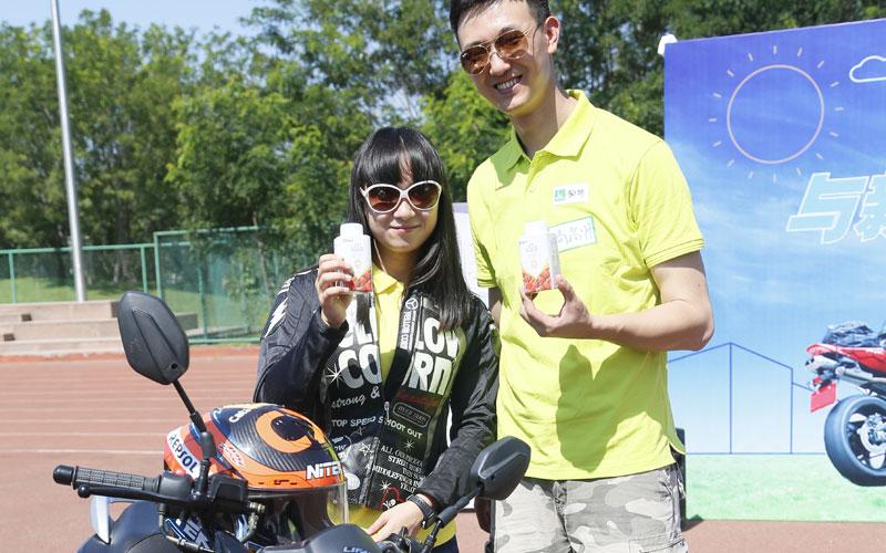 速度激情样样不少 与美女赛车手探访亚洲最大
