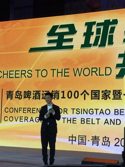 """在发布会现场,青岛啤酒""""全球首席品牌官""""黄晓明与青岛啤酒""""全球代言人"""