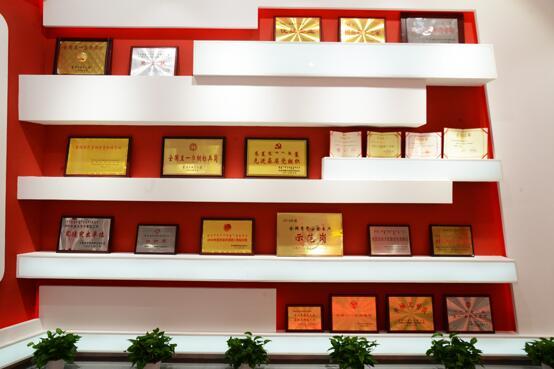 伊利集团党建中心展厅荣誉墙 刘倩摄影