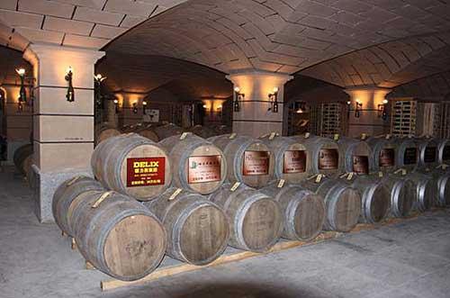 我们就会按照你的要求,把你所订的酒汁放在橡木桶里,存放在酒窖内保存